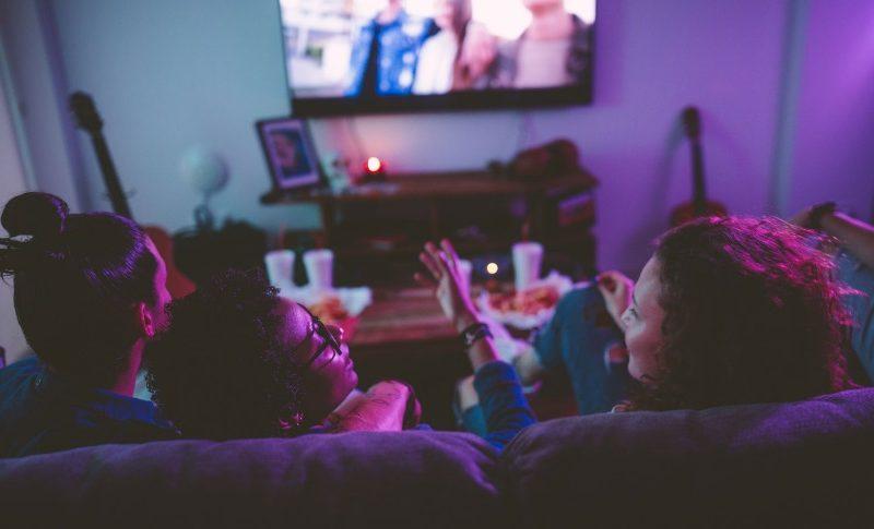Personnes devant la télé