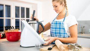 Une femme avec un robot de cuisine