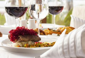 Verres de vin rouge et assiettes