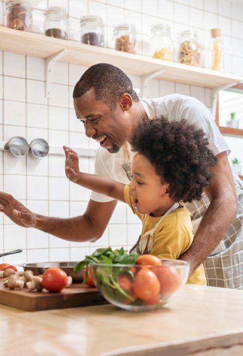 père et fils cuisine en visio tablette