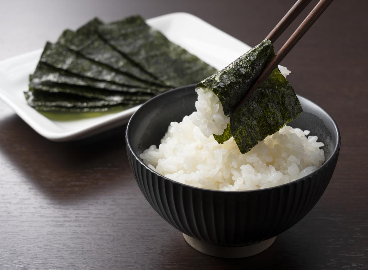 une feuille de nori autour du riz
