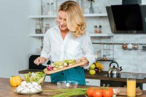 une femme entrain de préparer une salade