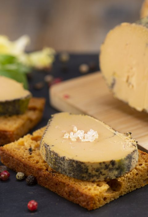 des tranches de foie gras sur du pain d'epices