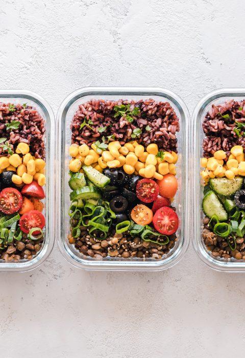 trois tupperwares salades légumes recette en batch cooking