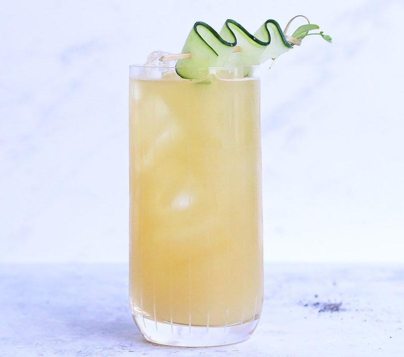 verre de ginger ale ginger beer avec tranche de concombre